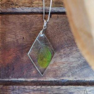Pendentif en résine avec plume verte